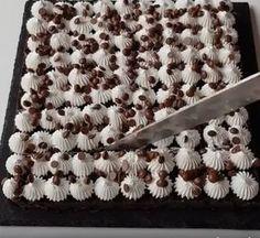 Prăjitură fără coacere din biscuiti si sos de ciocolată. In 5 minute aveti o prăjitură delicioasă, numai bună de mancat in orice moment al zilei.