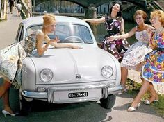 cool Renault Dauphine. Ironic, I effectively own the 2008 version of this. But LOOOOO...  Lugares para visitar