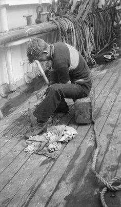 Alan Villiers, Seaman washing out a paint-brush on the 'Herzogin Cecilie', 1928 Vintage Photographs, Vintage Photos, Vintage Sailor, Vintage Men, Old Sailing Ships, Photos Originales, Merchant Navy, Sea Captain, Navy Sailor