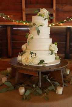Cakes from Cabin Ridge - texture, wooden stand, floral/foliage design - looks natural!