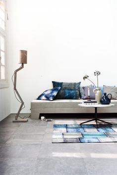 VT wonen loft zilver grijze vloertegels. Zijn heel neutraal en bieden veel mogelijkheden. Goed alternatief voor beton of gietvloeren