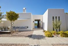 Casa a Eivissa, Espanya. Can Caterina is UV's latest project. A breathtaking, contemporary finca, in a private estate set on the top of a mountain outside Santa Gertrudis. Set in 30,000 metres squared, only 4 mins from Santa Gertrudis and 10 mins from Ibiza town  Private ...