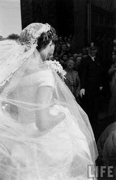 First Lady Jacqueline Kennedy - (in a Battenburg wedding dress) arrives at St. Mary's Church for her wedding to John F. Kennedy - Newport, Rhode Island, September 1953 (Photo by Lisa Larsen/Time & Life Pictures/Getty Images). Jacqueline Kennedy Onassis, John Kennedy, Jackie Kennedy Wedding, Les Kennedy, Jaqueline Kennedy, Caroline Kennedy, Us First Lady, Sienna, Rhode Island