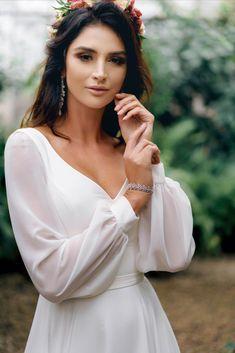 Prosta suknia ślubna z długim rękawem z kolekcji 2020 r. pracowni sukien ślubnych i wieczorowych DAMA Couture, w kolorze ecru (mleczno biała). Jest to elegancka i minimalistyczna suknia ślubna z dekoltem, uszyta z jedwabnego szyfonu (podobnej do muślinu). Sukienka jest gładka i zwiewna, o kroju prostych sukien ślubnych bez tiulu czy gipury. Posiada rozcięcie na nogę. Jest skromna, ale może być uszyta z trenem. Możliwe są także kroje sukienek plus size. #sukniaslubna #prostasukniaslubna Wedding Dress With Veil, Wedding Dress Trends, Wedding Dress Sleeves, Elegant Wedding Dress, Wedding Rustic, Marvel Wedding, Temple Dress, Most Beautiful Dresses, Wedding Photography Poses