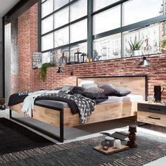 Für Fans von klaren Linien: Dieses Futonbett kreiert ein modernes Ambiente und transportiert mit einer Liegehöhe von etwa 33,5 cm ein ganz besonderes Lebensgefühl. Das Bett aus der Serie DETROIT bietet mit einer Liegefläche von etwa 180 x 200 cm (B x L) zwei Personen angenehm Platz und sorgt für erholsame Nächte. Belastbar ist das Bett dabei mit etwa 200 kg. Für ein besonders stimmungsvolles Schlafzimmer empfiehlt es sich, die einzelnen Möbel der Serie miteinander zu kombinieren. Cama Industrial, Industrial Bedroom, Industrial Design, Detroit, Outdoor Furniture, Outdoor Decor, Inspiration, Home Decor, Products
