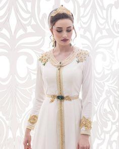 hers clients,  Voici un modèle que nous conseillons tout particulièrement pour les mariées (pour la cérémonie du henna). Nous l'avons Morrocan Wedding Dress, Morrocan Dress, Moroccan Bride, Moroccan Caftan, Most Beautiful Dresses, Pretty Dresses, Beautiful Outfits, Caftan Dress, Dress Skirt