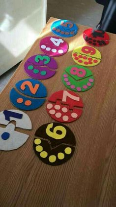 This math pin provides directions and suggestions regarding how to use fine motor skills to sort and count out based on the number labeled (can be applied in small groups, or individually). PINNED BY: OLIVIA PASKO Preschool Learning Activities, Kindergarten Math, Toddler Activities, Preschool Activities, Teaching Kids, Counting Activities, Math For Kids, Kids Education, Crafts For Kids