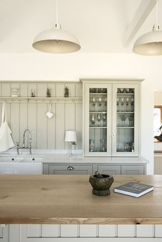 The Warwickshire Barn Shaker Kitchen by deVOL - farmhouse - Kitchen - West Midlands - deVOL Kitchens Kitchen Marble, Shaker Kitchen, Earth Tones Kitchen, Modern Kitchen, Barn Kitchen, Cottage Kitchen, Trendy Kitchen Backsplash, Cottage Kitchens, Kitchen Design