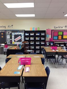 My grade reading/writing classroom ideas Decoration deco bibelot 4th Grade Classroom Setup, Classroom Setting, Classroom Design, Classroom Themes, School Classroom, Desk Organization, Classroom Organization, Classroom Management, Desk Arrangements