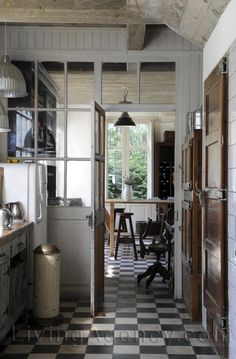 i'm in love with this old style, classic kitchen