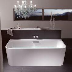 De extreem smalle badrand, de royale hoekradius en de conische schort zijn de details die het ontwerp karakteriseren.