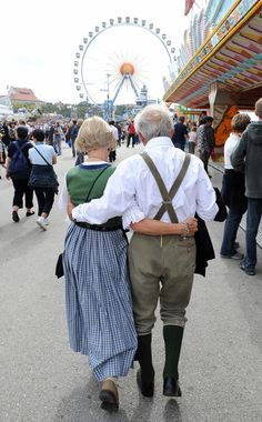 14 Elderly Couples That Will Make You Believe in Love Again – Dottie Cordwell 14 Elderly Couples That Will Make You Believe in Love Again Oktoberfest Older Couples, Couples In Love, Young At Heart, Young Love, Madurai, Je Oller Je Doller, Growing Old Together, Never Grow Old, Old Folks