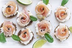 Ti sono piaciute le mie roselline di salmone? Prova le mie roselline di pesce spada su pane nero. @lennesimoblog Un dischetto di pane nero con un cremoso strato di formaggio spalmabile fanno da base a queste deliziose roselline di pesce spada affumicato, impreziosite da uova di lompo, pepe nero di Sichuan e spinacini freschi. ©AnnaFracassi Creative Food Art, Catering, Sushi, Panna Cotta, Seafood, Buffet, Food And Drink, Appetizers, Menu