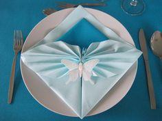 Licht grote blauwe en kleine donker blauwe servet met vlinder. Iris Folding, Napkin Folding, Toilet Paper Origami, Table Etiquette, Butterfly Wedding, Party Napkins, Deco Table, Tablescapes, Napkin Designs