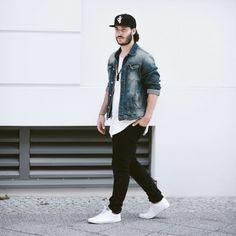 Look für Männer im Herbst. Verwaschene Jeansjacke, weißes T-Shirt, schwarze Hose und schwarze Snapback. Herrenmode von prvke. Mehr dazu im Blogeintrag über die perfekten Herbstoutfits!