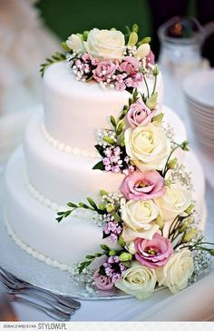 Ohhh, so pretty! Look at my board Wedding Cakes for some gorgeous cakes! Wedding Cakes With Flowers, Elegant Wedding Cakes, Beautiful Wedding Cakes, Wedding Cake Designs, Wedding Cake Toppers, Beautiful Cakes, Amazing Cakes, Perfect Wedding, Real Flowers