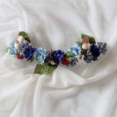 corona de flores con hojas