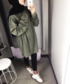 That lighting thooooooo,I like the outfit😍 Modern Hijab Fashion, Street Hijab Fashion, Hijab Fashion Inspiration, Islamic Fashion, Muslim Fashion, Modest Fashion, Casual Hijab Outfit, Hijab Chic, Mode Outfits