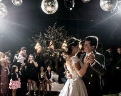"""A primeira dança dos noivos é um dos momentos mais aguardados da festa. É a primeira vez que ambos se curtem como """"marido e mulher"""".   #dança #somosvalwander #casamento #decorcasamento #detalhes #casamento #casamentobh #valwander #fotografiacasamento #decoração #bemcasados #fotografia"""