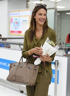 Alessandra Ambrosio wearing Hermes Birkin Bag in Etoupe with Palladium Hardware, Michael Michael Kors Tie-Neck Silk Blouse in Duffle and Linda Farrow 370 Sunglasses Celebrity Style Casual, Celebrity Look, Casual Street Style, Alessandra Ambrosio, Hermes Bags, Hermes Birkin, Hermes Purse, Working Girl, Valentino Bags