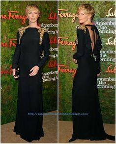 Charlize Theron, en una gala en el Wallis Annenberg Center, con un vestido negro con aplicaciones doradas en los hombros de Alexander McQueen Pre-Fall 2013. El clutch es de Ferragamo.