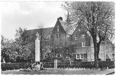Oude klooster in St.Nicolaasga heeft plaats gemaakt voor een verzorgingstehuis. Op de voorgrond het herdenkingsteken voor de gevallen verzetstrijders in de oorlog.