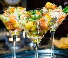 Fräscha smaker i ett glas och otroligt lyxigt som förrätt på nyår är denna skaldjurscocktail med asiatisk touch. Ponzu är en japansk syrlig sås, här gör vi den på apelsin, lime och citron och ringlar över laxen och pilgrimsmusslorna strax före servering.