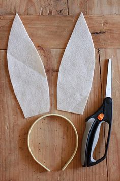 Make some simple No-sew Felt Bunny Ears with this step-by-step tutorial. It will only take a minute, and the final touch might surprise you! Bunny Ears Headband, Felt Headband, Ear Headbands, Hair Bow Tutorial, Headband Tutorial, Headband Pattern, Easter Bunny Ears, Felt Bunny, Bunny Costume Kids