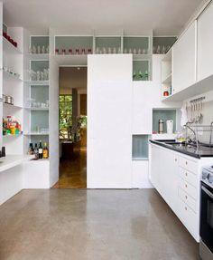 Cocina separada por estanterias
