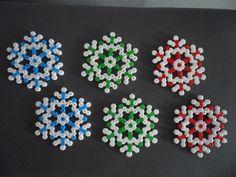 Pour sa nouvelle collection, les membres de la Free-Eggs vous proposes ce pack de Noël composé de 6 flocons de neige, en perles hama ou dit à repasser,à suspendre. Idéal p - 11425053