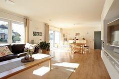 Der großzügige Wohn-Ess-Bereich bietet viel Platz für gemeinsames Essen, Spielen und Kuscheln.