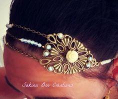 hairband création Unique romantique opales véritables Hairband unique  composé de chaîne bronze, véritable perles opale , une estampe , un fermoir et une breloque et une rose blanche  Matériaux utilisés : Métal couleur bronze , Pierres fines