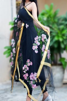 Best how to wear black dress scarfs Ideas Saree Painting, Dress Painting, Black Suit Dress, Indian Designer Suits, Salwar Designs, Scarf Dress, Simple Dresses, Indian Wear, Indian Outfits