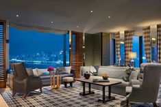 Discover the distinctive allure of Rosewood Hong Kong. This photo gallery provides a window into the landmark luxury Hong Kong hotel set on Victoria Harbour. La Tour Sombre, Les Illuminations, Rosewood Hotel, Cabinet D Architecture, Lobby Interior, Hotel Lobby, Beautiful Hotels, Hotel Reviews, Estate Homes