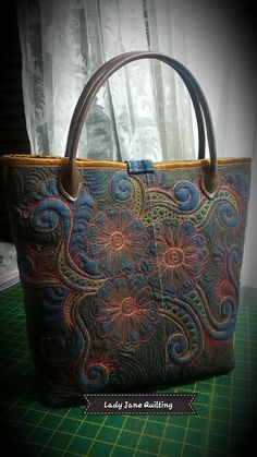 So Day The last challenge day I will dedicate to my bags. Quilted Tote Bags, Quilted Handbags, Patchwork Bags, Colchas Quilting, Free Motion Quilting, Machine Quilting, Handmade Purses, Handmade Handbags, Denim Bag