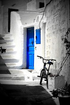 I chuckle to myself because I match a lot of the Grecian architecture! Love Blue, Blue And White, Color Splash Photo, Greece Fashion, Splash Photography, Black White Photos, White Building, My Favorite Color, Indigo Blue