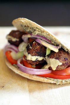 Falafel is originally from Egypt. It's an Egyptian street food. Chipotle Kidney Bean Falafel with Basil Garlic Pita and Black Olive Hummus Bean Recipes, Vegetarian Recipes, Healthy Recipes, Seitan, Adzuki Bean Recipe, Entree Vegan, Recipes With Kidney Beans, Hummus And Pita, Falafel Pita