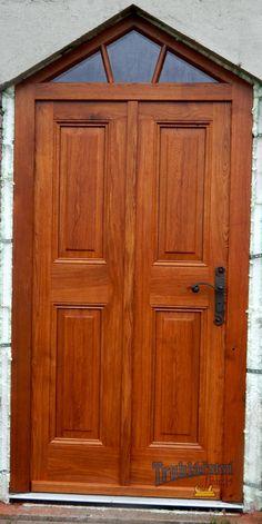 Dveře dubové vstupní, jednokřídlé, drásané, nátěr lazurou. Kovaná klika.