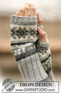 Stjerneskog / DROPS - Free knitting patterns by DROPS Design, DROPS - wrist warmers with Norwegian pattern - free oppskrift by DROPS Design. Crochet Mittens, Mittens Pattern, Knit Crochet, Crochet Granny, Knit Cowl, Hand Crochet, Fair Isle Knitting, Knitting Socks, Hand Knitting