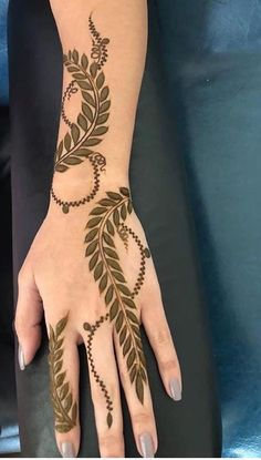 Mehndi henna designs are always searchable by Pakistani women and girls. Women, girls and also kids apply henna on their hands, feet and also on neck to look more gorgeous and traditional. Henna Hand Designs, Henna Flower Designs, Mehndi Designs Finger, Khafif Mehndi Design, Henna Tattoo Designs Simple, Arabic Henna Designs, Mehndi Designs For Girls, Mehndi Designs For Beginners, Modern Mehndi Designs