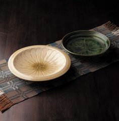日本で初めて釉薬を施した瀬戸の陶器は多種多様で黄瀬戸、緑釉、鉄釉、三彩、馬の目、麦藁手、染付にいたる。粘土質の多い土は不純物が少なく純白で良く焼きしまり淡くどんな食材も引き立てる。<取扱|瀬戸本業窯>