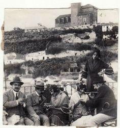 Curiosa estampa de una gitanas del barrio del Sacromonte leyendo la buenaventura a unos caballeros.  Fecha desconocida, posiblemente 1945. Torres Molina/Archivo de IDEAL