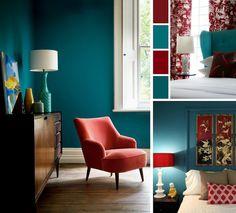 chambre bleu canard, rouge cardinal et blanc avec meubles et déco en styles variés