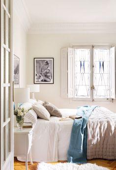 Dormitorio blanco con toques en azul y una ventana vidriera_H8B2922a