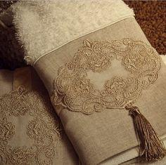 Jogo de toalha com detalhe em linho, guipir e bordado francês (4 pçs)