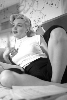 ourmarilynmonroe: Marilyn Monroe photographed by Earl Theisen c. The post ourmarilynmonroe: Marilyn Monroe photographed by Earl Theisen c. appeared first on Black Jeans. Norma Shearer, Norma Jeane, Hollywood Glamour, Classic Hollywood, Old Hollywood, Hollywood Actresses, Estilo Marilyn Monroe, Marilyn Monroe Photos, Jacqueline Bisset
