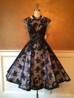 ~Really would like to wear a dress like this.    Gorgeous vintage dress~