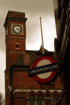 This article teaches you in 5 steps how to find your way around London using the tube. Know where to go next and what ticket to buy by using a map! London Transport, London Travel, England Uk, London England, Abandoned Train, Bus Station, London Underground, Vintage Trailers, London Calling
