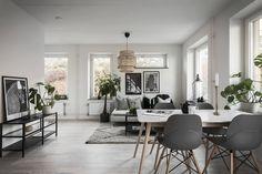 Proprietarul acestei garsoniere de36 m² din Suedia a profitat de configurația neobișnuită a interiorului și a amenajat dormitorul în...