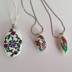 #taş #taşboyama  #paintedrocks #paitedstones #painting #handmade #elyapımı #stonepainting #çini #jewelry #takı #takılarım #kolye #neclace #pendant Jewelry Crafts, Jewelry Art, Jewellery, Gemstone Necklace, Pendant Necklace, Turkish Fashion, Crafts Beautiful, Painted Rocks, Personalized Gifts